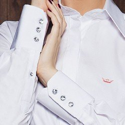camisa social branca botao cristal principessa diane detalhe