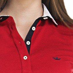 detalhe camisa polo feminina vermelha logo principessa colarinho