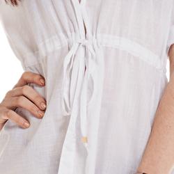 detalhe saida de praia branca elegante feminina principessa antonela corpo amarracao