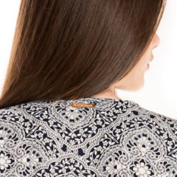 detalhe vestido estampado marinho principessa leiliane placa metal
