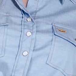 detalhe descricao camisa estilosa jeans claro principessa liane botao