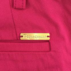 detalhe calca pink placa metal dourada
