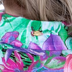 detalhe camisa soltinha fresquinha estampada principessa odeth botao madre perola placa metal