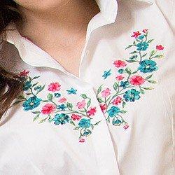 detalhe camisa branca feminina com bordado principessa lilian