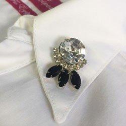camisa feminina branca com broche principessa allana detalhe broche