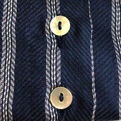 camisa social listrada azul principessa beatriz detalhe botao casquinha madre perola