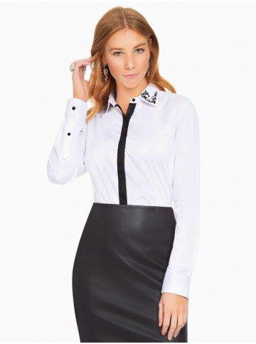 camisa branca com detalhes pretos e bordado na gola principessa lara frente