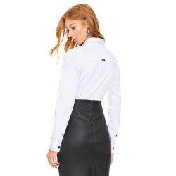 camisa branca com detalhes pretos e bordado na gola principessa lara modelagem