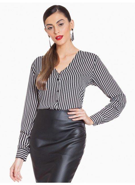 camisa listrada preto e branco decote v principessa iracema frente com fundo