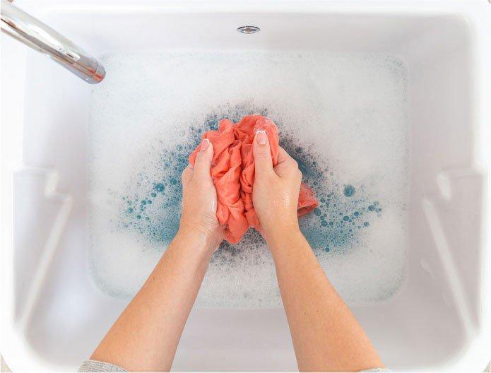 lavando a sua camisa